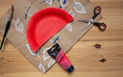 Pappteller in Rot angemalt und in zwei Haelften geschnitten