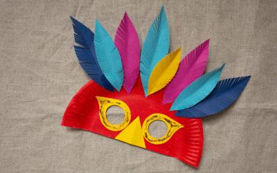 Fertige Pfauen-Maske in Rot mit bunten Federn und Glitzer