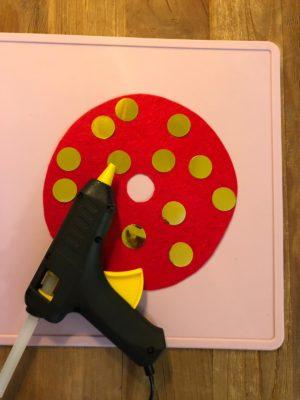 Roten Kreis mit goldenen Punkten bekleben